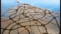 Intricately-Patterned Land Art That's Washed Away by the Tides Artist:Andres Amador Land Art, Art Plage, Sand Drawing, Beach Drawing, Art Environnemental, Art Et Nature, Infinite Art, Ephemeral Art, Sand Painting