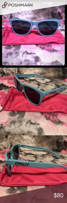 do oakley glasses come with a case  unisex oakley frogskins ? new, authentic ?es with pink oakley software case.