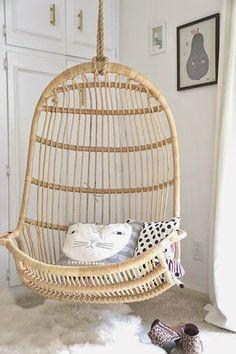 Rotan hangstoel in kinderkamer - bekijk en koop de producten van dit beeld op shopinstijl.nl
