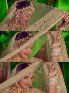 Sonali Bendre in Hum Saath Saath Hain Bollywood Couples, Bollywood Stars, Sonali Bendre Hot, Hum Saath Saath Hain, Dulhan Mehndi Designs, Vintage Bollywood, Black Girl Art, Actress Pics, Wedding Photography Poses