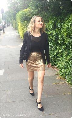 Nous avons récemment fêté nos 3 ans de mariage avec mon mari. Ce soir là, je portais ma petite jupe dorée d'amour. Cette jupe est si facile à porter. Portée avec des ballerines et un tee-shirt ou une chemise(blanche ou encore en jean) pour un look casual. Avec des petits talons, elle se transforme en …