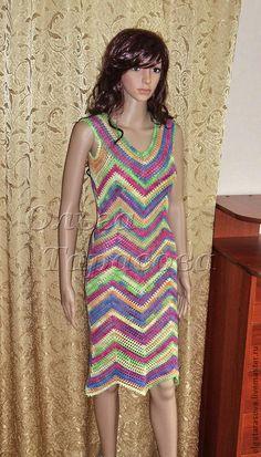 Платье вязаное крючком авторское Тропики. Связано крючком по диагонали, без швов, авторское платье. Благодаря вязке по диагонали, платье прекрасно  сидит на фигуре.  Рост у модели на фото 170. Самый идеальный вариант на рост 158-164 и по объему груди на 44-46 размер.