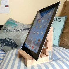 iPad stand made from high quality wood and golden cloves. Different positions and angle, due its DIY nature. Size: 6 x x in. Diy Ipad Stand, Wood Ipad Stand, Diy Phone Stand, Wood Phone Stand, Cool Woodworking Projects, Diy Woodworking, Wood Projects, Notebook Diy, Instruções Origami