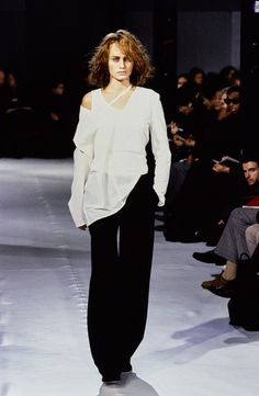 Ann Demeulemeester Spring 1997 Ready-to-Wear Fashion Show - Amber Valletta (Women)