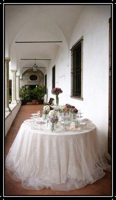 #Tavolo #confettata. #Confetti e fiori #rosa. #tovaglia #tulle #vasi #decorazioni #allestimento #matrimonio www.castellodegliangeli.com