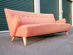 Mid century Pink Sofa - love this, would be perfect for my living room! Décoration Mid Century, Mid Century Decor, Mid Century House, Mid Century Modern Design, Mid Century Modern Furniture, Midcentury Modern, Modern Sofa, Mcm Furniture, Vintage Furniture