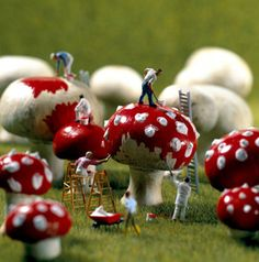 miniature photography - incredibly enchanting and surreal worlds made of little people - It's a small world afterall! Creative macro lens photography