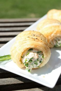 Herkulliset kylmäsavulohi-täytteiset voisarvet, voisarvet, kylmäsavulohisarvet, kylmäsavulohitäyte Seafood Recipes, Appetizer Recipes, Tasty Pastry, Good Food, Yummy Food, Salty Foods, Savoury Baking, Cooking For Two, Appetisers