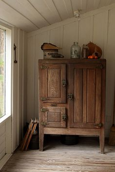 old pantry / flour bin - maybe we can find a pattern to make this!