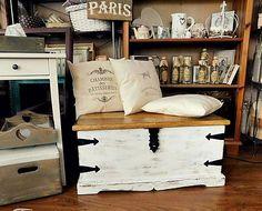 Masívna drevená truhlica, maľovaná, patinovaná, voskovaná.