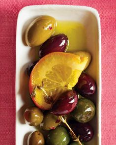 For an easy holiday party appetizer, jazz up purchased olives with citrus slices and fresh herbs. Try green olives cooked in olive oil with thin, halved lemon slices and thin sliced/chopped garlic. Great in a classic martini too! Holiday Party Appetizers, New Years Appetizers, Thanksgiving Appetizers, Thanksgiving Feast, Holiday Dinner, Mini Appetizers, Quick And Easy Appetizers, Easy Appetizer Recipes, Appetizer Ideas