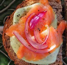 Siken marinoitu punasipuli ja avokadotahna kruunaavat leivän kuin leivän. Teet, Food And Drink, Appetizers, Eggs, Snacks, Breakfast, Recipes, Waiting, Morning Coffee