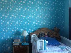 Pochoir d'étoiles dans la chambre de ma fille. / Stars stencil wall in my daughter's room.