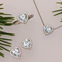 Akvamarínové srdcia dali základ šperkom z našej nebeskej súpravy Siloe. V objatí nesmrteľných diamantov čakajú v trenčianskom klenotníctve alebo v našom e-shope možno práve na vás. Prírodná krása prsteňa, náušníc i prívesku je predurčená či už spoločne alebo po jednotlivých kúskoch doplniť šperkovnicu dámy, obľubujúcej svetlomodré farebné odtiene. V nich sa môže zračiť obloha, more, ale aj jas milovaných očí. Nadčasová elegancia má a vždy bude mať svoje čaro. Rovnako ako darovaný symbol srdca. Diamond Earrings, Gemstones, Jewelry, Elegant, Diamond, Jewlery, Gems, Jewerly, Schmuck