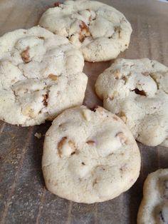 Tipps für Kekse: amerikanische Cookies die außen knusprig und innen weich sein sollen nicht zu lange backen (nicht braun werden lassen) und immer eine kleine Prise (Meer-)salz dazu + Rezept Walnuss-Cookies - https://nomnomrose.wordpress.com/2013/11/20/chocolate-chip-cookies-mit-uberraschung-chocolate-chip-cookies-with-surprise-%E2%9D%A4/