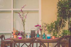 Detalhe da mesa dos convidados na varanda. Os detalhes fazem toda diferença. Muitos arranjos de flores, muitas cores, estampas e texturas. É muita lindeza genteeeee!!! #ohlindeza #conceptwedding #acervoohlindeza #wedding #casamento #weddingdecor #decoracaodecasamento #casamentoexclusivo #festadecasamento #weddingdecor #weddingparty #handmade #identidadevisual #direcaodearte #casamentoaoarlivre #casamentonapraia  ohlindeza.com