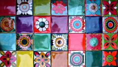 En 10 x 10. Colores y motivos. 50% decorados y 50% lisos. Un panel recomendable para colocar sobre cocinas.. color..y nada mas para agregar. Mosaic Diy, Mosaic Tiles, Mexican Home Decor, Eclectic Kitchen, Parasol, Red Design, Tile Art, Porch Decorating, Scrappy Quilts