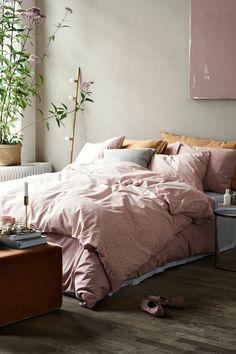 colores para habitaciones, habitación con toque romántico, cobijas y pintura en color rosa y plantas en el mismo color