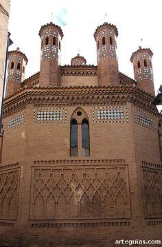 Iglesia de San Pedro de Teruel: cabecera mudéjar. esta iglesia y su tribuna, son consideradas uno de los precedentes de las denominadas iglesias-fortaleza, destacando el templo como uno de los más significativos del arte mudéjar de todo Aragón.