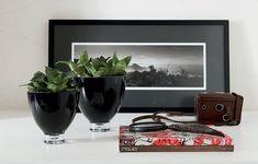 Sobre um aparador, uma mesa lateral ou um balcão, as espadinhas dão um toque verde sem brigar com a decoração
