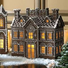Gingerbread house - lovely piping!
