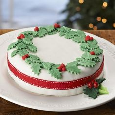 Make yourself a classic Christmas cake, then get decorating with traditional decorations. Cake decorating beginners relax, you can get this done in 30 mins! Christmas Cake Designs, Christmas Cake Decorations, Christmas Cupcakes, Holiday Baking, Christmas Desserts, Christmas Treats, Christmas Style, Holly Christmas, Simple Christmas