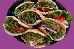 les petits sandwichs de Zaza, Composer de: pains batbouts, tranches de tomates et jambons, quelques morceaux d'oignons et de salades