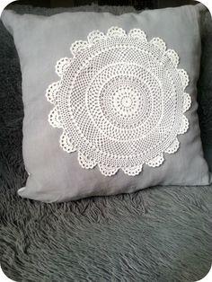 Grand coussin en drap ancien gris et napperon blanc : Textiles et tapis par latelierdescouleursdutemps