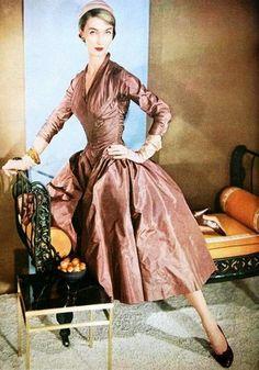 Evelyn Tripp Wearing Beige-Brown Full Skirted Peau De Soie Dancing Dress By Ceil Chapman sept 1953 © Horst P Horst Vogue Vintage, Moda Vintage, Vintage Glamour, Vintage Beauty, Vestidos Vintage, Vintage Dresses, Vintage Outfits, Fifties Fashion, Retro Fashion