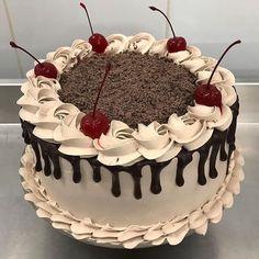Simple Birthday Cake Designs, Simple Cake Designs, Elegant Birthday Cakes, Beautiful Birthday Cakes, Cake Decorating Frosting, Cake Decorating Designs, Cake Decorating Videos, Latest Birthday Cake, Birthday Drip Cake