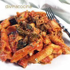 Esta receta de macarrones con berenjenas es muy sencilla y tiene mucho sabor mediterráneo. Esta salsa es un clásico italiano para acompañar las pastas.