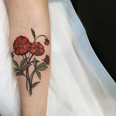 Sophia Baughan& style is characterized by nature-inspired neo-traditional tattoos done with solid outlines and colors, yet full of delicacy. Red Flower Tattoos, Flower Tattoo Designs, Nape Tattoo, Sleeve Tattoos, Helm Tattoo, Traditional Poppy Tattoo, Traditional Tattoos, California Poppy Tattoo, Tattoo Artists Near Me