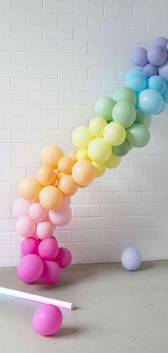 Einfach selber machen: Diese zauberhafte Ballongirlande kann ganz einfach selbst aufgebaut werden. Im Set ist alles enthalten was du dafür brauchst!  #pastell #partydeko #balloons #garland #diy Birthday Party Invitations, Dyi, Rabbit, Balloons, Party Ideas, Luxury, Kids, Pastel Balloons, Garlands