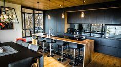 Ces armoires faites de bois de frêne Évolution HD noir, sont une solution écologique qui assure une uniformité dans le matériau et la couleur.