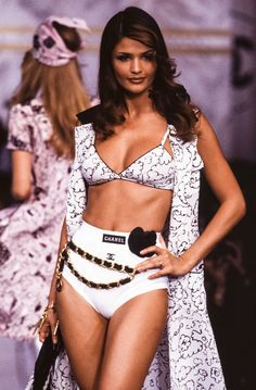 Helena Christensen for Chanel Spring/Summer 1993 Get Chic Fashionable Women's Tops(patterns for women's tops 1990s Fashion Trends, 80s And 90s Fashion, Runway Fashion, Fashion Models, High Fashion, Fashion Outfits, Karl Lagerfeld, Ladies Tops Patterns, Vintage Outfits