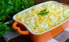 Šprotu – siera kārtainie salāti ar lociņiem un olām