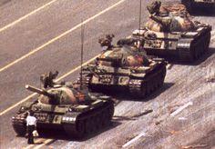 La  mítica fotografía del estudiante que hizo frenar a una columna de tanques durante la primavera de 1989