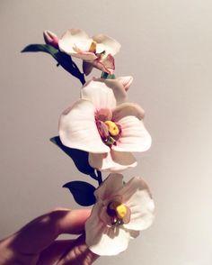 Tocado para novia o invitada a base de flores de orquídeas, hecho de forma artesanal en porcelana fría o porcelana rusa. Wedding headpiece. Flowers. Wedding hairstyle. Instagram de @laureana.tocados • 55 Me gusta