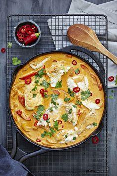 Paahteinen paprika, lempeä kookos ja pikantti curry-chilikerma maustavat tämän Brasilian inspiroiman kalaruoan. Ihanan mausteinen pata antaa potkua syksyiseen arkeen!