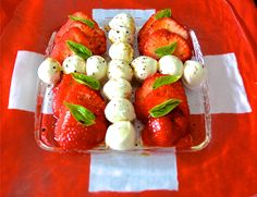 Ein Erdbeer-Mozzarella-Salat ist eine aussergewöhnliche und erfrischende Komposition. (Bild: Athena Tsatsamba Welsch) Swiss National Day, Mozzarella Salat, Swiss Recipes, 1 August, Buffets, Caprese Salad, Barbecue, Switzerland, Parties