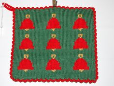 De här grytlapparna är stickade på en rundsticka och har samma mönster på båda sidorna. Pot Holders, Diys, Christmas Tree, Textiles, Knitting, Holiday Decor, Clothes, Home Decor, Potholders