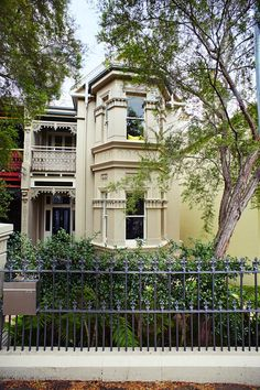 The restored exterior of a Victorian era terrace house in Sydney's Inner West, Australia. Victorian Terrace, Victorian Homes, Victorian Era, Garden Ideas Australia, Terrace Design, Formal Gardens, Brick Building, Types Of Houses, Southern Belle