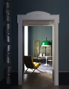 Contrasto stipiti bianchi decorati e colore scuro pareti