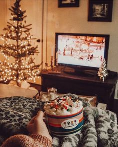 Christmas Movie Binge Christmas Movie Binge How watching a classic Christmas movie and being cozy looks like. ❤️☁️❤️ The post Christmas Movie Binge appeared first on Belle Ouellette. Christmas Room, Merry Little Christmas, Noel Christmas, Winter Christmas, Christmas Lights, Outdoor Christmas, Country Christmas, Christmas Movie Night, Hygge Christmas