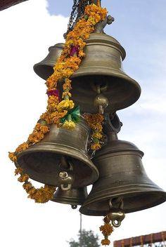 Кто был в Индии и посещал храмы наверняка заметили, что каждый перед входом в храм звонит в колокол, который находится при входе в святилище. Обычно люди говорят, что звоня в колокол молящийся таким образом отгоняет дьяволов и нечистую силу.