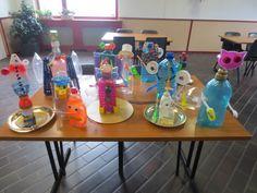 resultaat na afloop van e recycle workshop met plastic afval van Kunst en Kolder. Mooie robots en Aliens.
