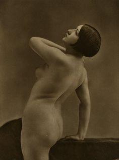 Retro nude boobs dancing statue