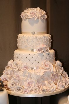 I think this cake is fabulous! is it too much work? @no way Hoover @Karen Jacot Foertsch-Hoover  Meg's wedding cake!