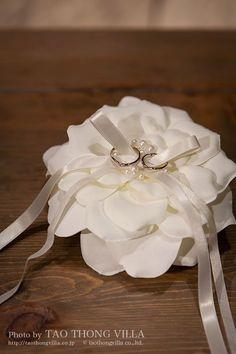 リングピロー 撮影:タオトンヴィラ taothongvilla.co.jp Wedding Ring Cushion, Wedding Pillows, Cushion Ring, Engagement Ring Platter, Solitaire Engagement, Ring Bearer Pillows, Ring Pillows, Wedding Wine Glasses, Lace Ring