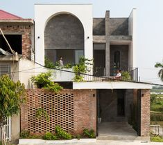 Completed in 2019 in Hà Tĩnh, Vietnam. Images by Hoang Le. T House is a housing project located in a new residential area of Ha Tinh city in Ha Tinh province, this is a small city in central Vietnam. T house. Tropical Architecture, Modern Architecture House, Futuristic Architecture, Facade Architecture, Chinese Architecture, Modern Houses, Arch House, Facade House, House Facades
